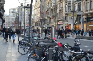Altro che nemici: i ciclisti possono salvare il piccolo commercio. Più delle auto